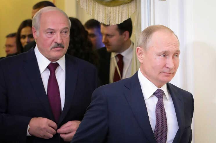 Alexander Lukashenko fotografado atrás do presidente russo, Vladimir Putin, em dezembro