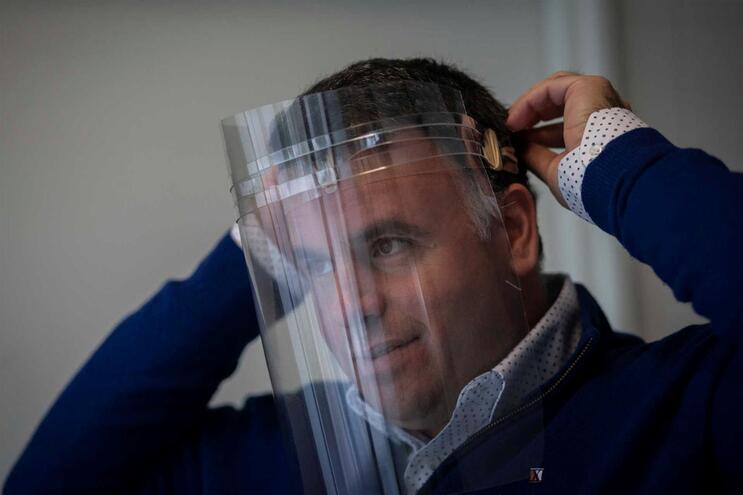 Marco Martins com uma viseira produzida em Gondomar