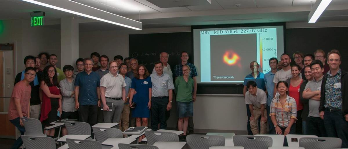 """Katie Bouman publicou uma foto da equipa que a ajudou a """"fotografar"""" o buraco negro"""