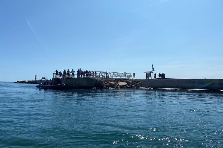 Vinte migrantes desembarcam em Faro e fogem pelo areal