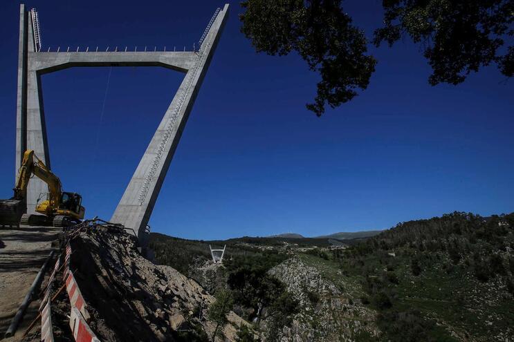 Pausa nas obras adia abertura da ponte suspensa de Arouca