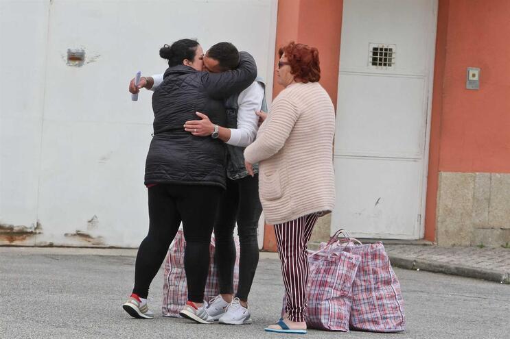 David Lemos, recluso, saiu da Cadeia de Custóias. Tinha à espera a mãe Arlinda Lemos e a esposa Ana Lemos