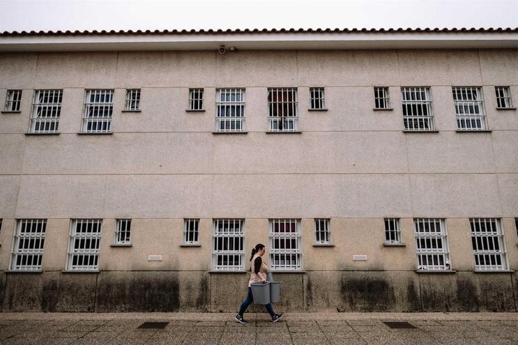 Enfermeira de prisão de Santa Cruz do Bispo é uma das infetadas com Covid-19 no sistema prisional
