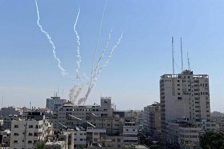 Fumo do disparo de rockets a partir da Faixa de Gaza