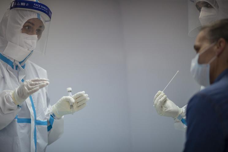 Mais oito utentes tiveram resultados positivos no segundo rastreio para despistar o novo coronavírus