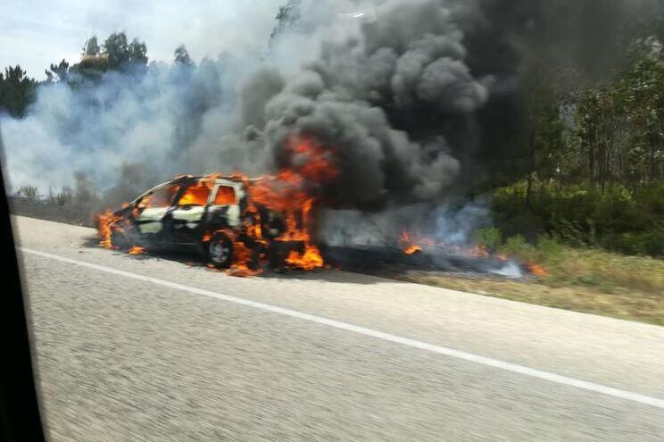 Carro consumido pelas chamas na A1 junto a Fátima