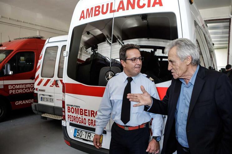 O secretário-geral do PCP, Jerónimo de Sousa (D) conversa com Augusto Arnaut (E), comandante do BV Pedrogão