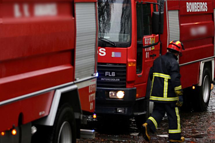 Bombeiros combatem chamas proximo de casas