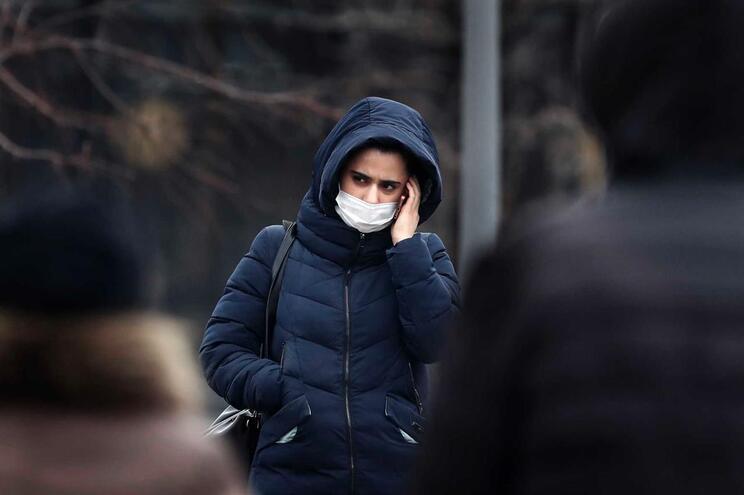 Uma mulher com uma máscara sanitária a passear numa rua em Moscovo, Russia, 03 Março 2020.