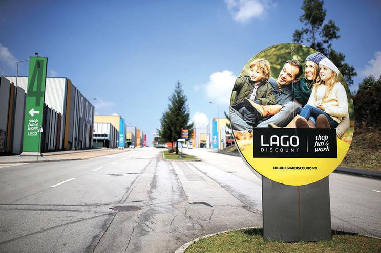 O espaço comercial Lago Discount surgiu em 2004 e é palco de corridas ilegais há vários anos