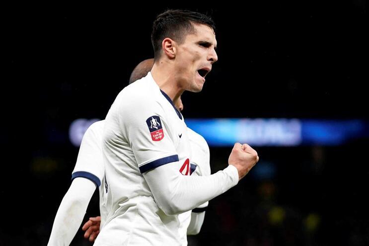 Dupla argentina coloca Tottenham de Mourinho nos 16 avos da Taça