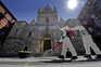 Forças Armadas desinfetam perto da catedral de Nápoles