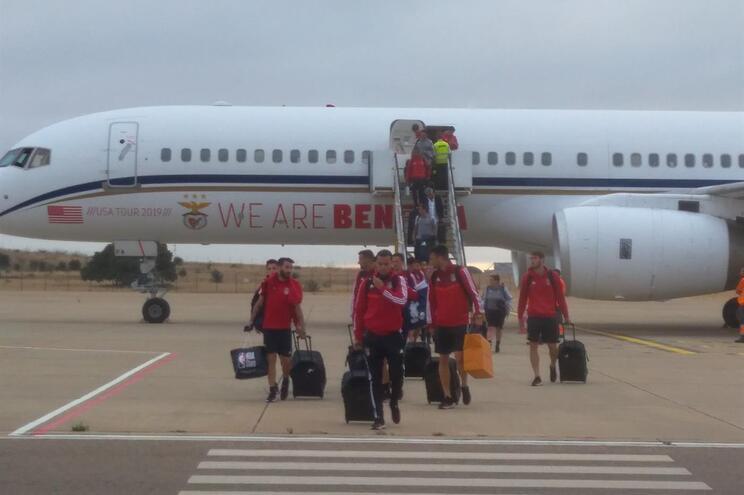 Jogadores do Benfica retidos meia hora no avião na chegada a Beja
