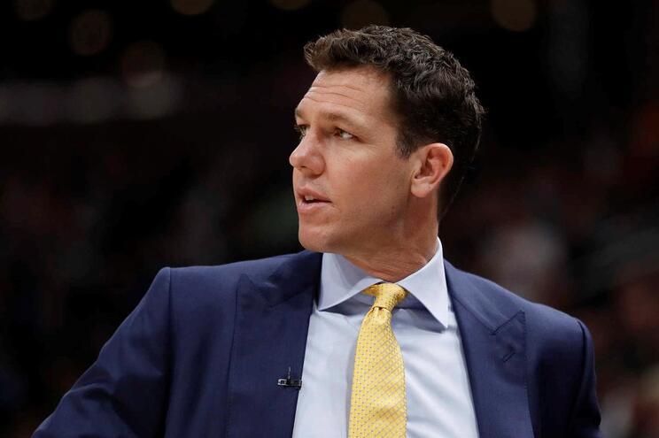 Los Angeles Lakers despedem Luke Walton