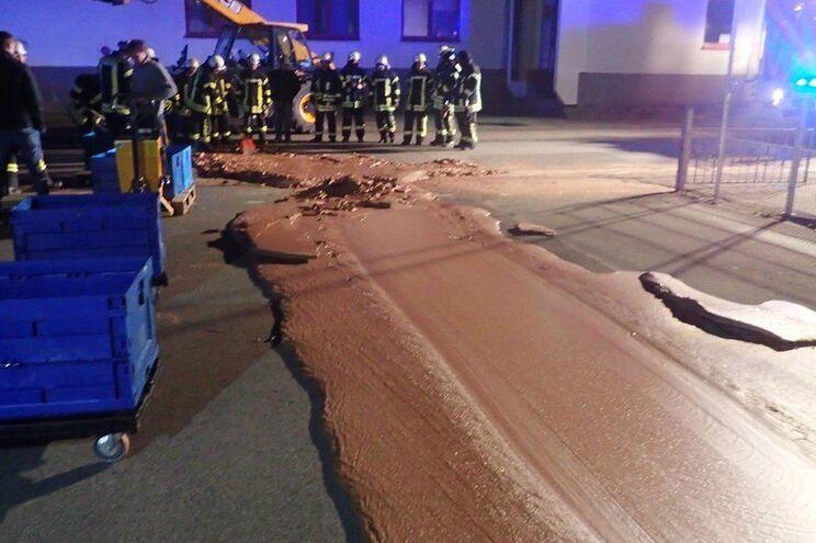 Estrada coberta de chocolate obriga à intervenção de 25 bombeiros