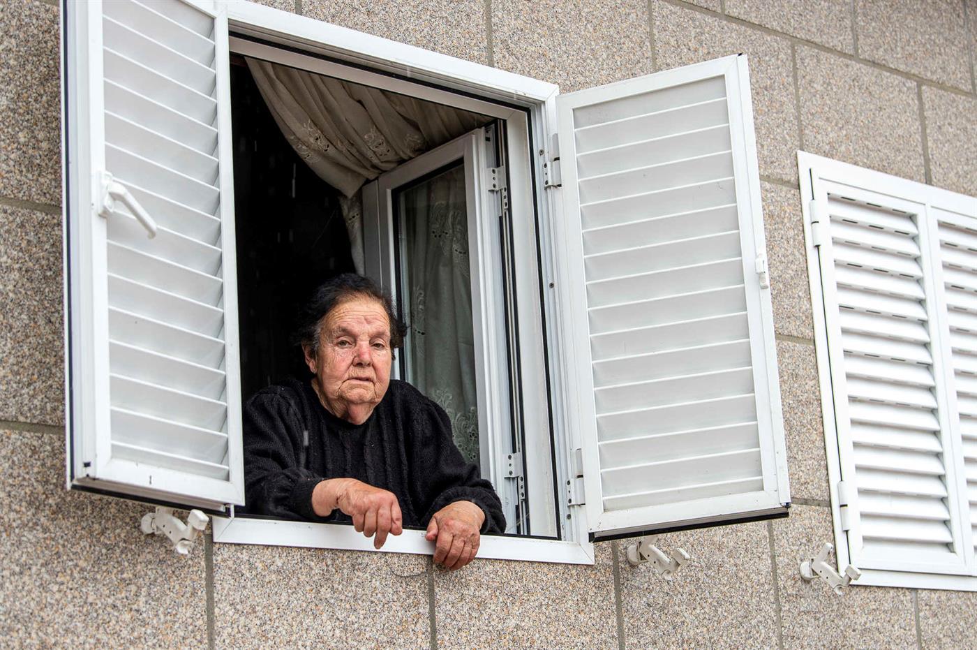 """Eulália Gonçalves, 82 anos, Sanfins: """"Ver a TV assusta, não é?"""""""