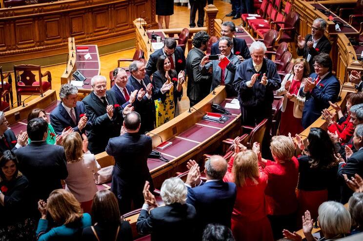 Deputados do PS cantam o Vila Morena no fim das comemorações do 25 de abril na assembleia da República