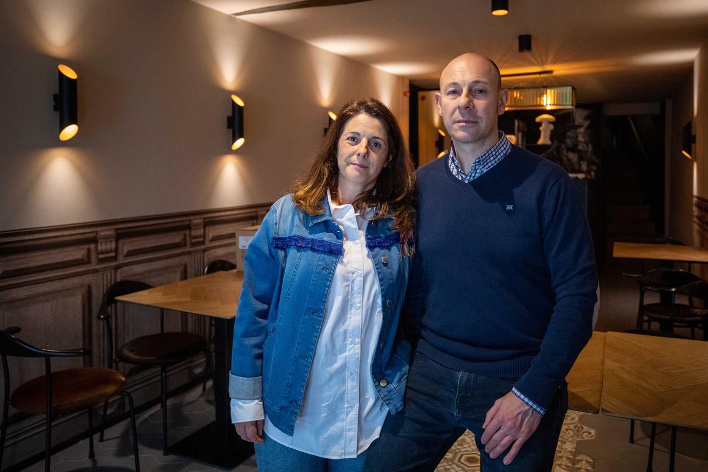 Christian Rullán junto ao seu restaurante, acompanhado pela mulher