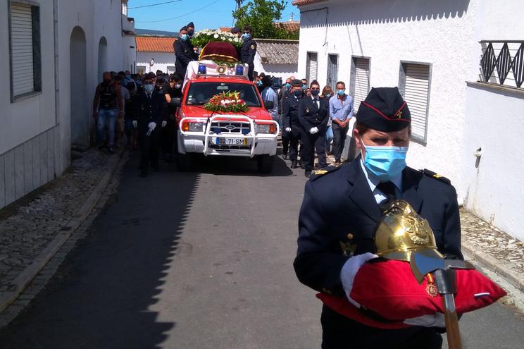 Centenas de pessoas no funeral de bombeiro de Cuba