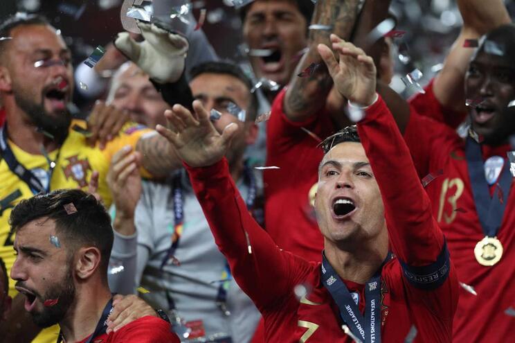 Cristiano Ronaldo celebra a conquista da Taça das Nações por Portugal