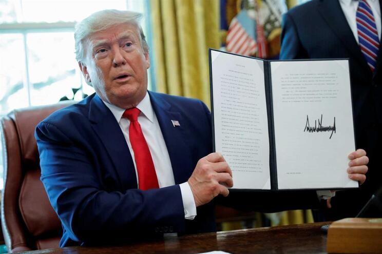 Donald Trump na Casa Branca a mostrar o documento assinado com as novas sanções ao Irão