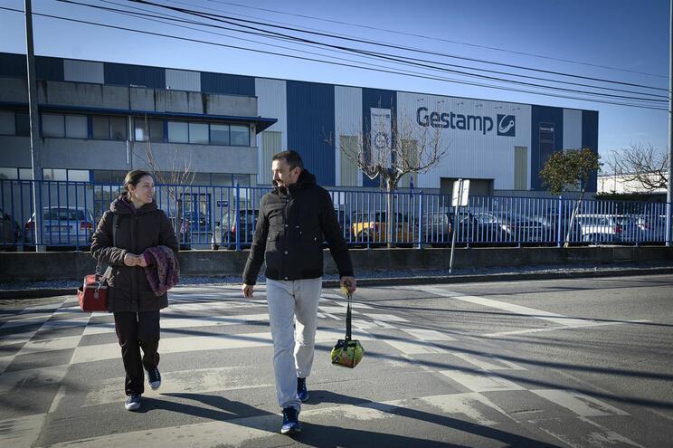 Sílvia Cruz e Marcos Domínguez cruzam todos os dias a fronteira para trabalhar numa fábrica de produção