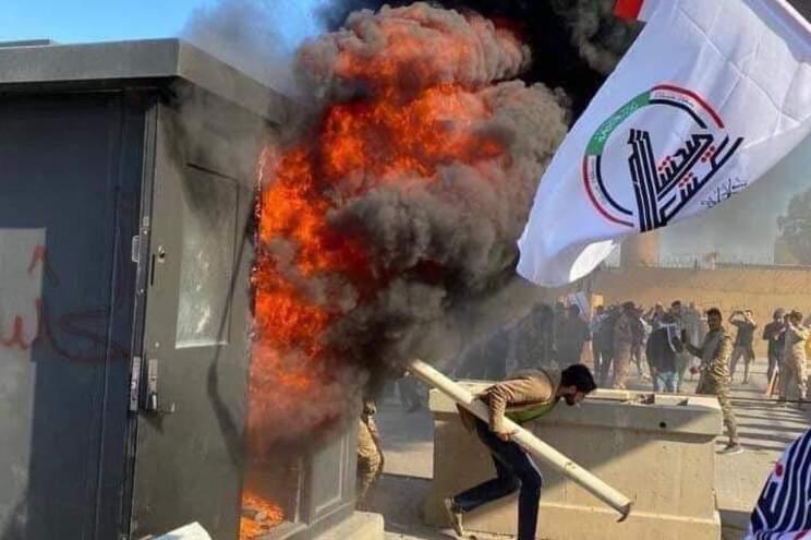 Milhares de manifestantes atacaram embaixada dos Estados Unidos em Bagdade