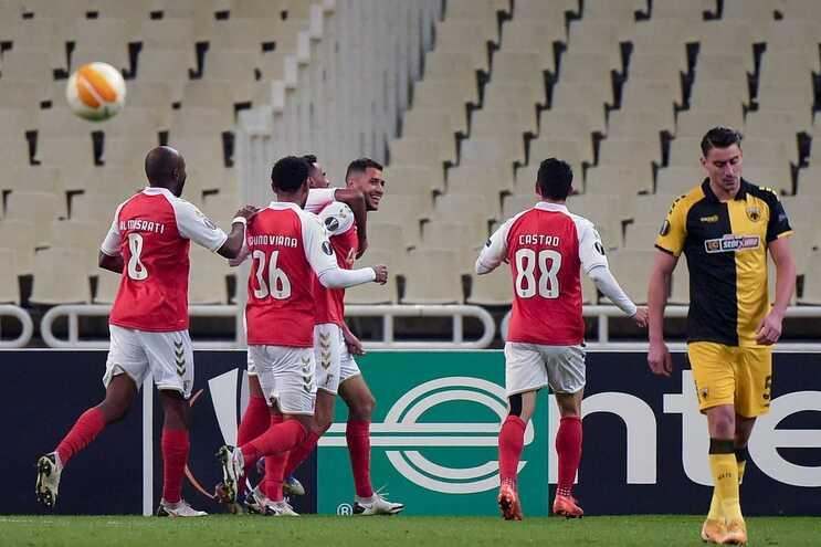 Vitor Tormena festeja primeiro golo com os companheiros