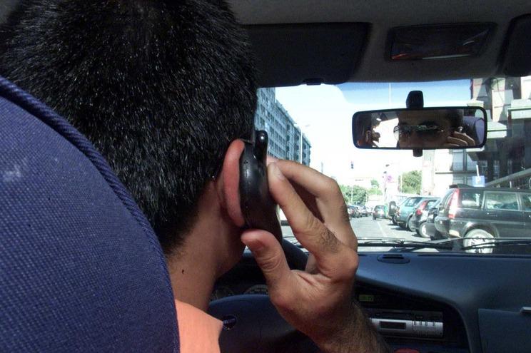 """Usar o telemóvel durante a condução """"possui efeitos tão nocivos como conduzir sob efeitos de álcool"""""""