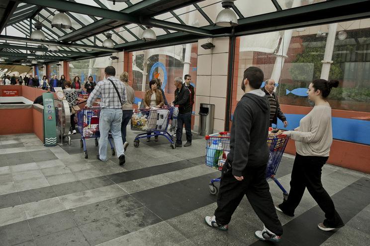 Trabalhadores de hiper e supermercados marcam greve para o Dia do Trabalhador