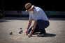 Homem joga jogo tradicional em Barcelona, Espanha