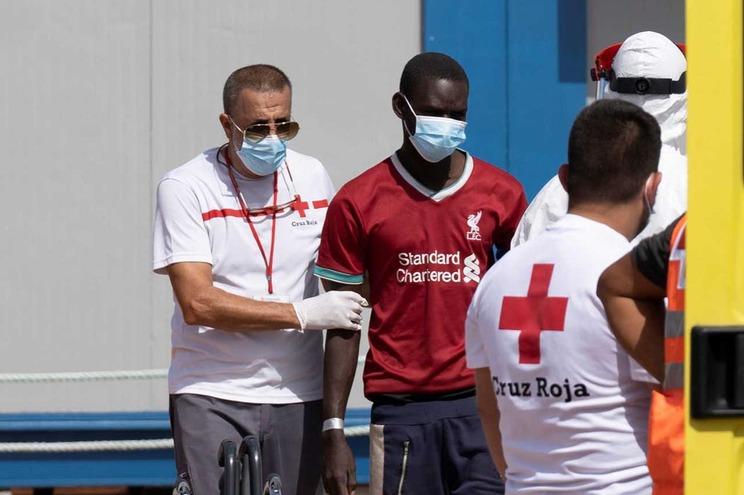 Migrantes foram transportados para o porto de Alicante para serem submetidos a exames médicos e para