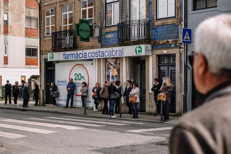 Fila de utentes à porta de farmácia no Porto
