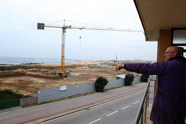 Joaquim Gonçalves, de 62 anos, não se conforma com o hotel que está a nascer em frente à casa onde reside