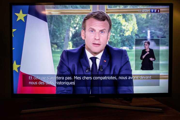 """Emmanuel Macron disse este domingo que a França """"não vai apagar nenhum traço nem nenhum nome da sua História"""""""