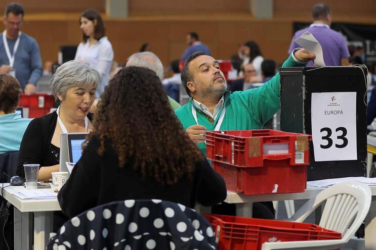 Contagem dos votos das eleições legislativas de 6 de outubro dos dois círculos da emigração, realizada