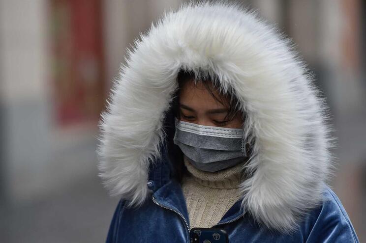 De acordo com as autoridades chinesas, o número de casos confirmados é de 1287. Já morreram 41 pessoas