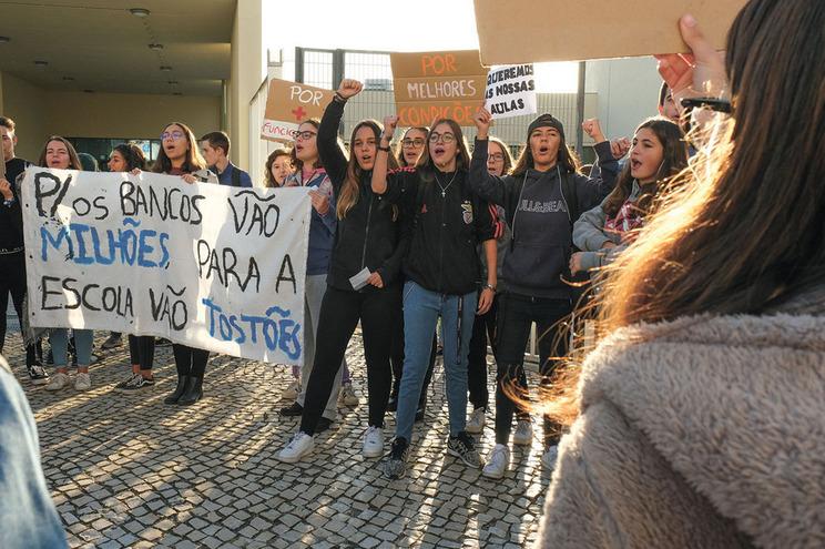Autarcas, diretores escolares e dirigentes sindicais receiam que Governo esteja a transferir para as