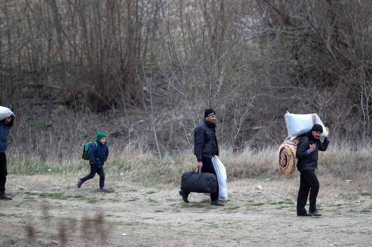 Refugiados tentam chegar à fronteira grega em Edirne, Turquia