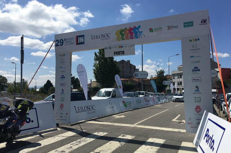 A partida da última etapa do Grande Prémio JN/Leilosoc no Porto