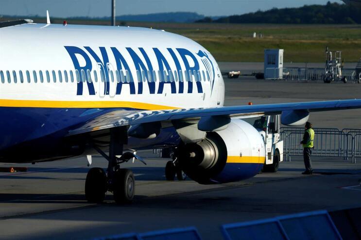 Ryanair desiste de fechar base de Girona em troca de corte salarial