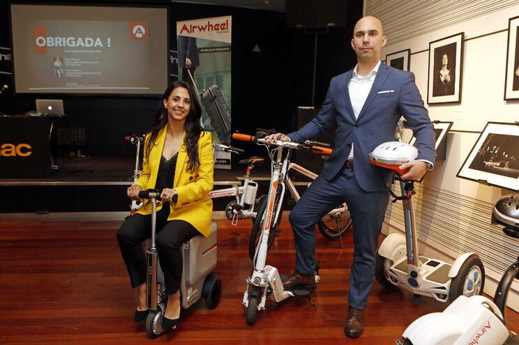 """Joana Guerreiro, com uma """"mala scooter"""", e Paulo Proença, com um capacete inteligente, os dois fundadores"""