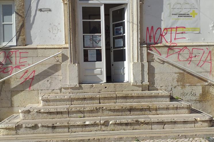 Mensagens de ódio escritas a vermelho