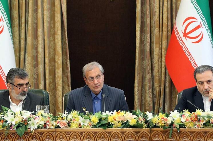 O porta-voz do governo iraniano, Ali Rabiei (centro), acompanhado pelo vice-ministro dos Negócios Estrangeiros