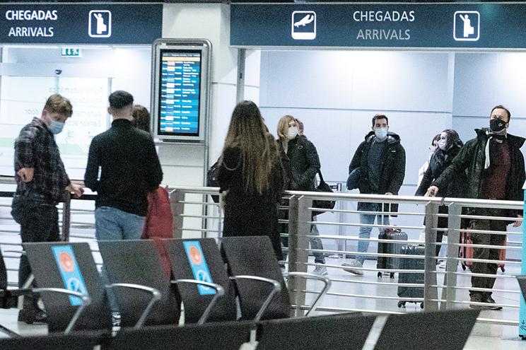 Passageiros sem teste valem 200 multas a companhias aéreas