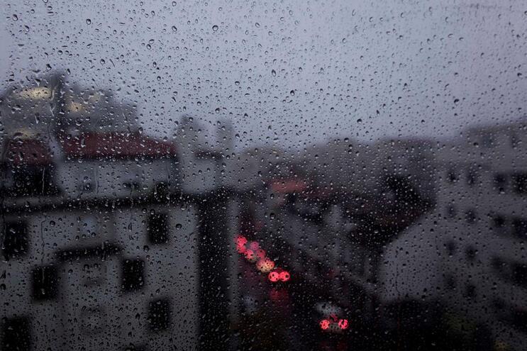 Distritos vão estar sob aviso amarelo entre a meia-noitee as 6 horas de sábado por causa da chuva