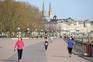 Modelo francês que proíbe exercício físico na rua em boa parte do dia ganha defensores por cá