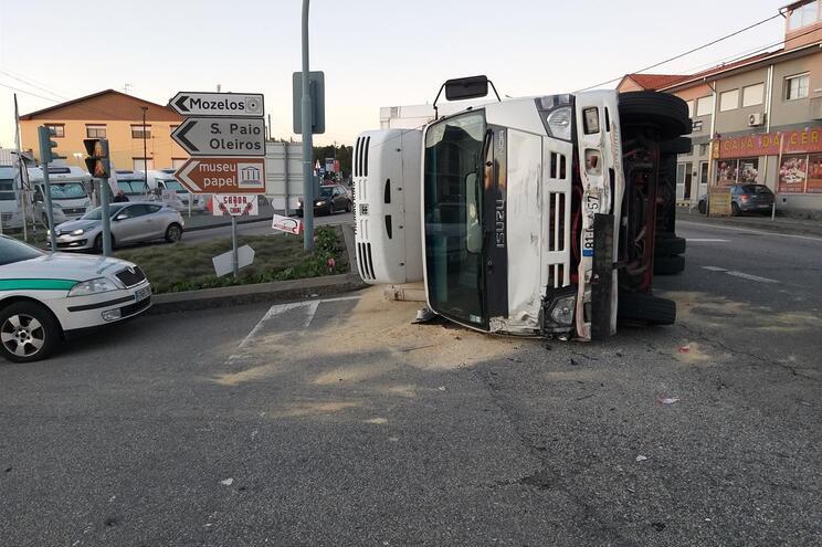 Choque entre três veículos de mercadorias provoca quatro feridos na Feira