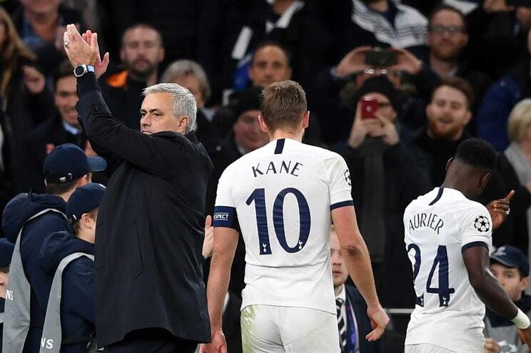 Mourinho agradece a apanha-bolas por golo do Tottenham