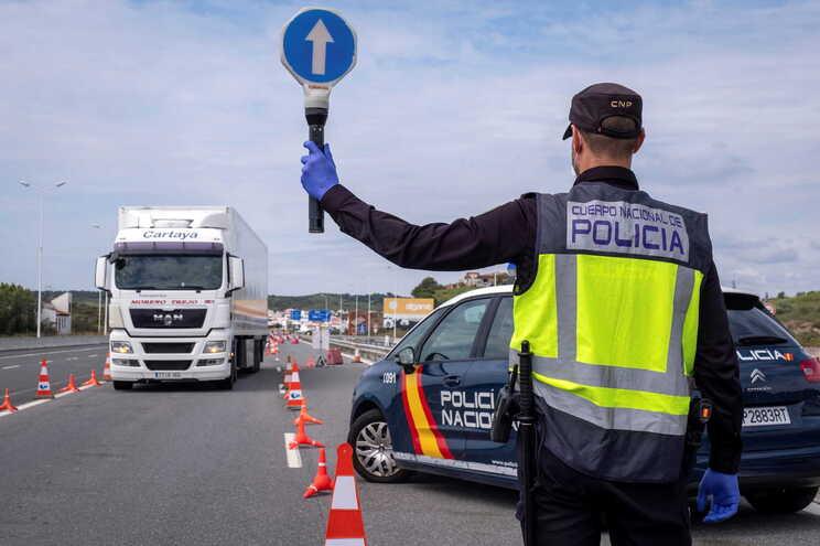 A ministra Reyes Maroto afirmou que as fronteiras com Portugal seriam reabertas em 22 de junho, mas a